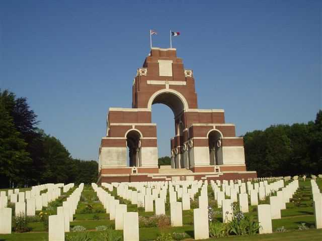 thiepval_memorial_and_graves